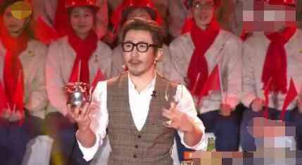 刘谦再登晚会蓄须阔肩变大叔 对比照变化惊人
