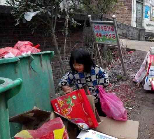 5岁小女孩捡废品为生,唯一的愿望就是父母能对她好点