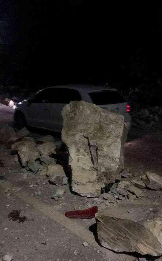四川九寨沟地震直击:大块碎石砸穿车辆