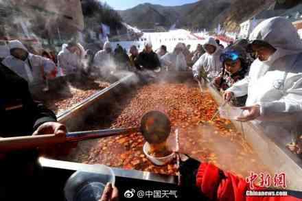 """冰火两重天!数百民众冰天雪地围吃3吨汤料超级""""土火锅"""""""