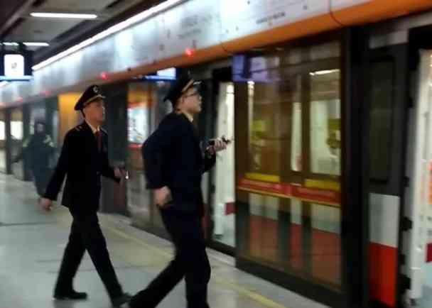 广州地铁车厢突然冒烟乘客紧急疏散