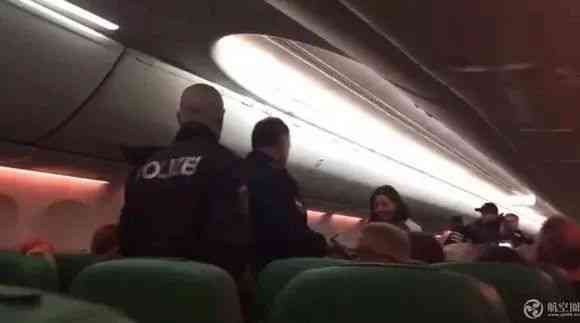 国际航班上乘客不停放屁引发打斗,飞机紧急中途降落