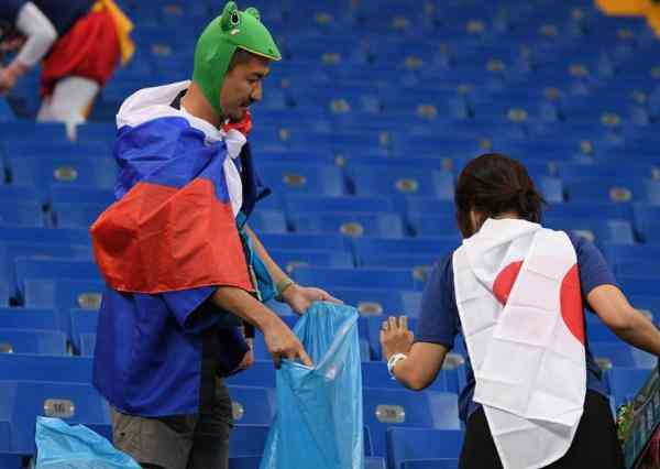 敬佩一幕!日本遭绝杀出局 球迷在含泪清理垃圾