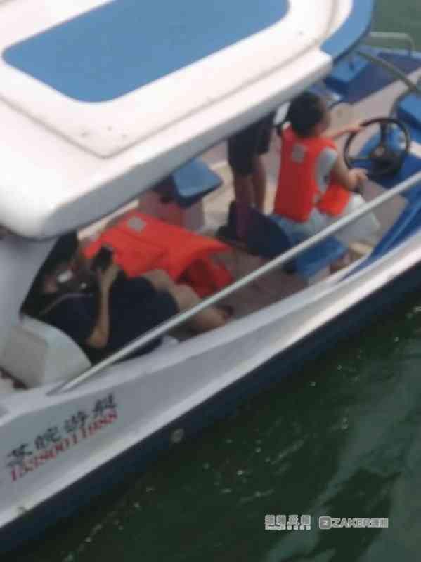 长沙烈士公园内无驾驶员的船只 仍有乘客不穿救生衣